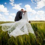 kāzu fotosesija pļavā