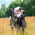 kāzu fotosesija ar zirgu