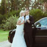 jaunais pāris pie kāzu auto