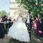 jaunā pāra emocijas, ziedlapiņas kāzās