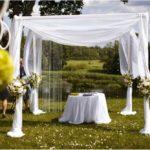 kāzu ceremonija pie dabas, kāzu arka
