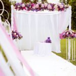 kāzu ceremonija brīvā dabā