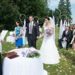 oficiāla kāzu ceremonija dabā