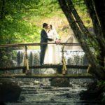 jaunais pāris uz tilta, kāzu fotosesija