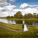kāzu fotosesija pie upes, fotosesija brīvā dabā