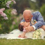 kāzu fotosesija brīvā dabā