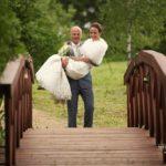 tilts kāzās, līgavainis nes līgavu