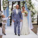 internacionālas kāzas. ziedlapiņas ceremonijā