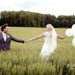 kāzu fotosesija pļavā, baloni kāzu fotosesijā