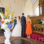 kāzas baznīcā, oranžs un zils kāzu ceremonijā