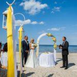 kāzu ceremonija pie jūras, dzeltenais tonis kāzās