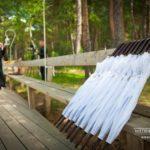 kāzu noformējums, balti lietussargi kāzās