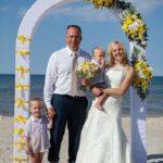 Jaunais pāris, kāzu arka, dzeltenais tonis, jaunais pāris ar bērniem