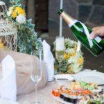kāzu noformējums, kāzu uzkodas, dzeltenais tonis kāzās, kāzu šampānietis