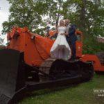 traktors kāzās, kāzu fotosesija, jaunais pāris uz traktora
