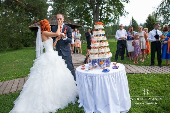 torte kāzu dienā