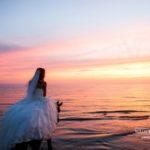 fotosesija saulrietā pie jūras kāzām