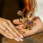 jaunā pāra laulību gredzeni, kāzu manikīrs