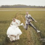 jautri kāzu foto pļavā