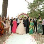 kāzu ceremonija pie jūras, laulību ceremonija, tēvs un līgavainis kāzās, Kāzu Aģentūra