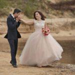 laulību ceremonija, fotografijas pie jūras, laulību ceremonija, tēvs un līgavainis kāzās, Kāzu Aģentūra
