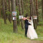 kāzu fotogrāfijas mežā, laulību ceremonija, tēvs un līgavainis kāzās, Kāzu Aģentūra