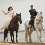 kāzu izjāde pie jūras, laulību ceremonija, tēvs un līgavainis kāzās, Kāzu Aģentūra