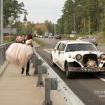 tilti kāzās, retro auto kāzās, laulību ceremonija, tēvs un līgavainis kāzās, Kāzu Aģentūra